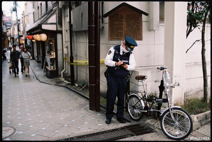 Polisen utfärdar böter på felparkerade cyklar i Kyoto
