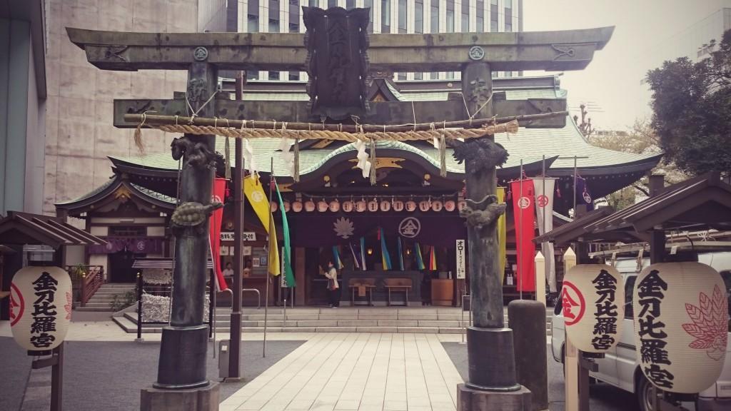 Buddhisttempel i Roppongi/Toranomon med höghus i bakgrunden